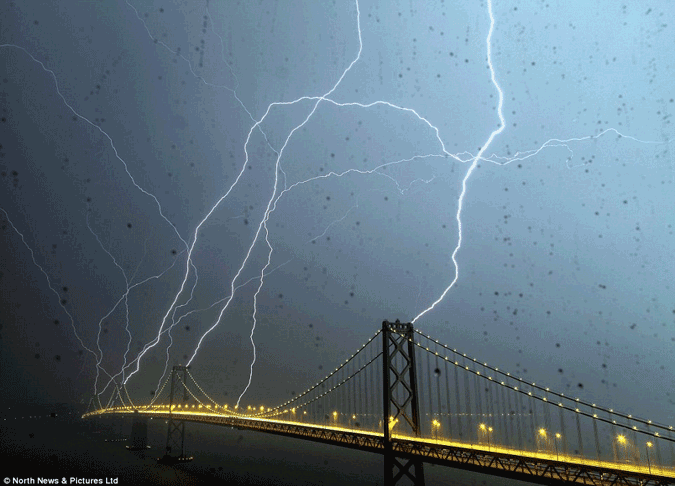 lightning strike bay bridge eight times towers storm fog phil mcgrew twice Lightning strikes Bay Bridge in San Francisco eight times in 20 seconds (photo)