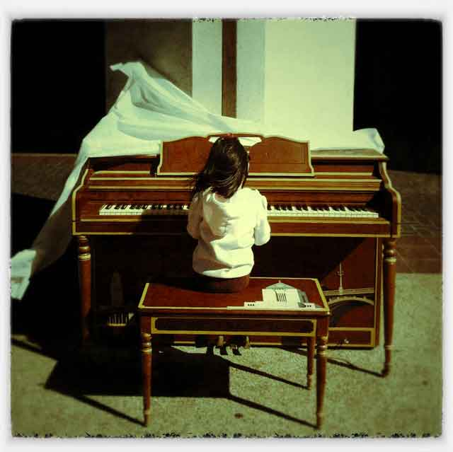 play me im yours los angeles city hall piano little girl Play Me, Im Yours   thirty pianos across the city for anyone to play
