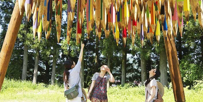 giant colored pencils hanging upside down large scale art installation japan echigo tsumari kids standing underneath Creativity: giant colored pencil art installation, that both awes and threatens